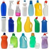 Eimer und Mopp über Weiß 18 farbige Plastikflaschen Stockbilder