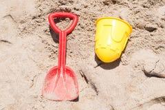 Eimer und Schaufel auf dem Sand Lizenzfreies Stockfoto