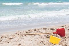 Eimer und Schaufel auf dem Sand Lizenzfreies Stockbild