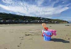 Eimer und Spaten auf einem Strand Stockfotografie