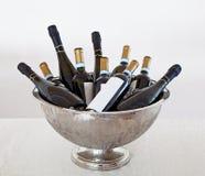 Eimer- und Weinflaschen stockfoto