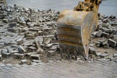Eimerrolltreppe bauen den Stein in der Stadt ab Stockbild