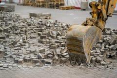 Eimerrolltreppe bauen den Stein in der Stadt ab Lizenzfreie Stockbilder