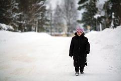 Ein älterer Frauenpensionär, der hinunter die Straße geht stockfotografie