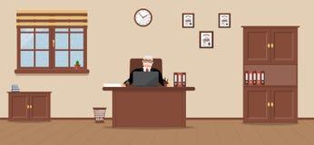 Ein älterer Geschäftsmann, der an dem Arbeitsplatz in einem geräumigen Büro auf einem Sahnehintergrund sitzt stock abbildung
