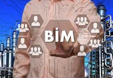 Ein älterer Geschäftsmann wählt die modellierenden Gebäude-Informationen, BI Lizenzfreie Stockbilder