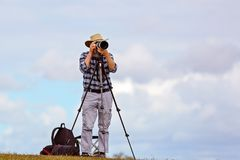 Ein älterer männlicher Fotograf Pursuing His Hobby im Ruhestand lizenzfreies stockfoto