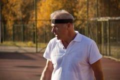 Ein älterer Mann über sechzig Spieltennis lizenzfreies stockbild