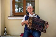 Ein älterer Mann, der das russische Akkordeon spielt Lizenzfreie Stockfotos
