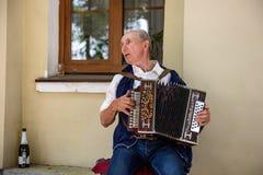 Ein älterer Mann, der das russische Akkordeon spielt Stockfoto
