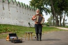 Ein älterer Mann, der das russische Akkordeon spielt Suzdal, Russland Lizenzfreies Stockbild