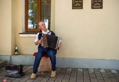 Ein älterer Mann, der das russische Akkordeon spielt Suzdal, Russland Stockbild