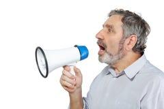 Ein älterer Mann sagt in ein Megaphon Stockbild