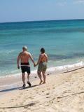 Ein älterer Strand Stroll lizenzfreie stockfotografie