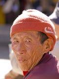 Ein älterer traditioneller Mann, der einen westlichen Hut trägt Lizenzfreie Stockfotografie