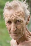 Ein älterer weiß-haariger, unrasierter Mann Stockfotografie