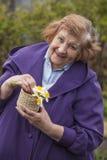 Ein älteres Frauenmodell im Garten Stockbilder