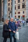 Ein älteres Paar, das draußen ein selfie mit einem Mobil-Telefon und einem Stock nimmt Stockbild