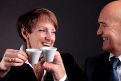 Ein älteres Paar, das zwei Schalen espreso Kaffee hält Stockbilder