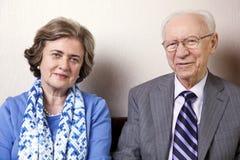 Ältere Paare, die Kamera betrachten lizenzfreies stockbild