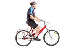 Ein älteres Radfahrer ridng ein Fahrrad Lizenzfreies Stockfoto