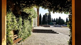 Ein öffentlicher Platz außerhalb San Miniato-Als Monte in Florenz, Italien stockbild