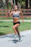 Ein übender Wind der Frau sprintet auf der Straße Lizenzfreie Stockfotografie