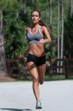 Ein übender Wind der Frau sprintet auf der Straße Lizenzfreie Stockfotos