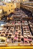 Ein Überblick über die bräunenden Bottiche an der Chouara-Gerberei in Fez, Marokko Lizenzfreies Stockbild