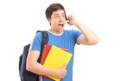 Ein überraschter Kursteilnehmer, der an einem Telefon spricht lizenzfreie stockbilder