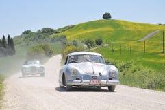 Ein 1955 Porsche und 1955 grüner Lancia Aurelia Stockfotos