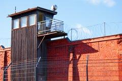 Ein Abdeckungkontrollturm auf Gefängniswand lizenzfreies stockfoto