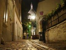 Ein Abend in Montmartre - Sacre Coeur von einer Nebenstraße Lizenzfreies Stockbild