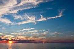 Ein Abend-Sonnenuntergang über Wasser Stockfotos