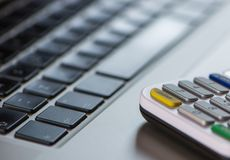 Ein Abschluss herauf Ansicht einer Computertastatur und des Kartenlesers Lizenzfreie Stockfotos