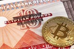 Ein Abschluss herauf Bild der bunten ägyptischen Währung mit Gold Bitcoins stockfotografie