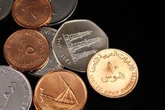 Ein Abschluss herauf Bild von Münzen von Arabische Emirate auf einem schwarzen Hintergrund lizenzfreie stockfotografie