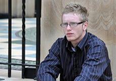 Mann des jungen jugendlich allein ernst in der Gewissensprüfungstimmung Stockbilder