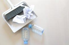 Ein Abschluss herauf Schuss von Haushaltsboden-Reinigungseinzelteilen und von Papier, Bot Stockfoto
