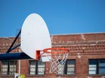 Ein Abschluss oben des Basketballkorbes in einem städtischen Spielplatz auf einem sonnigen stockfotos