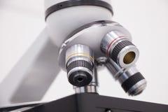 Ein Abschluss oben des Mikroskops Lizenzfreie Stockbilder