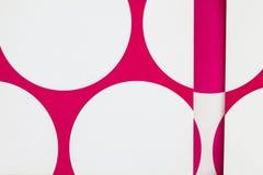 Ein Abschluss oben des Papiers mit Schnitt druckte Kreise lizenzfreie stockfotografie