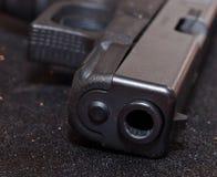 Ein Abschluss oben einer schwarzen Pistole ` s Mündung Lizenzfreie Stockbilder