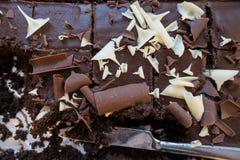 Ein Abschluss oben eines Behälters backen Schokoladenkuchen mit einigen entfernten Scheiben Stockbild