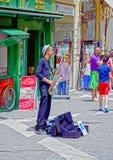 Ein Abschluss oben eines männlichen Musikers, der ein Saxophon spielend spielt lizenzfreies stockfoto