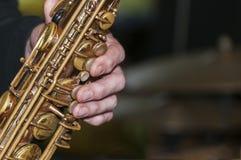 Ein Abschluss oben eines Saxophonspielers stockbilder