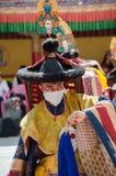 Ein Abschluss oben eines verdeckten Ausführenden in traditionellem Ladakhi-Kostüm stockfotografie