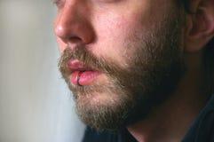 Ein Abschluss oben von a bemannt Gesicht mit einem Durchdringen Lizenzfreie Stockbilder