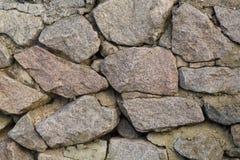 Ein Abschnitt einer Steinwand hergestellt vom Granitstein Stockbilder