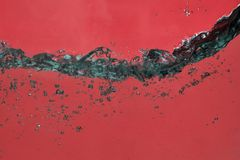 Ein abstrakter Hintergrund des roten Wassers mit Blasen stockbilder
